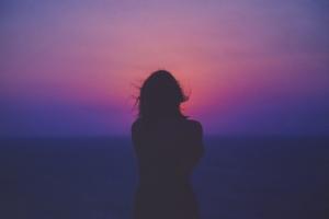 Kvinde i solnedgang