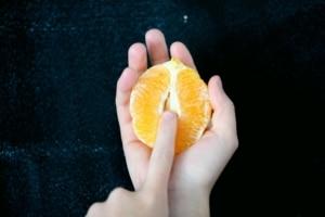 appelsin i hånd